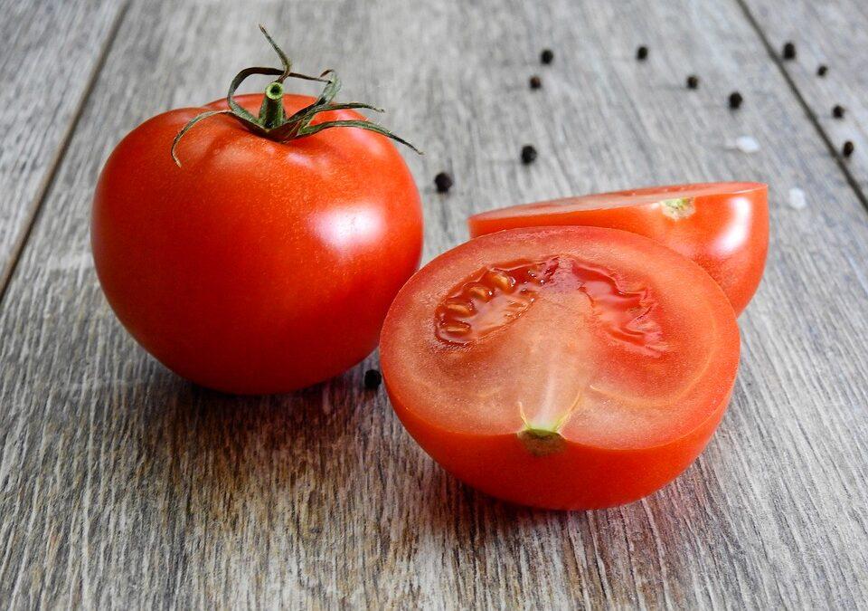 Aclara tu piel, déjalas libre de manchas y acné con esta mascarilla de tomate y azúcar.